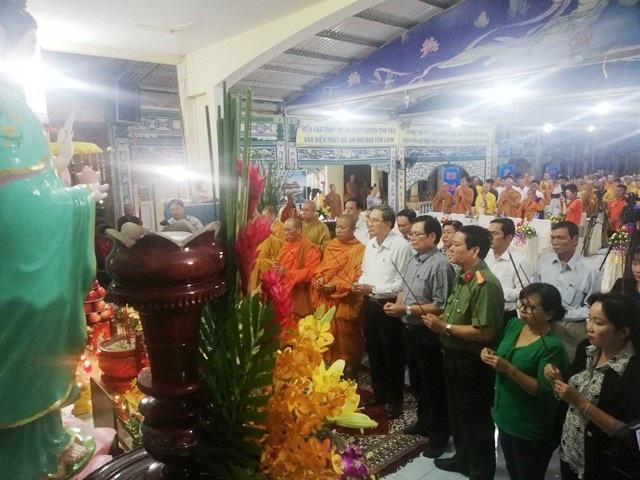 Các đại biểu tham dự thắp hương tưởng niệm các nạn nhân tử vong vì tai nạn giao thông.
