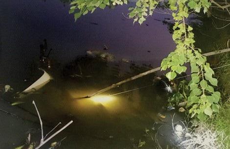 Hiện trường chiếc xe máy lao xuống sông.