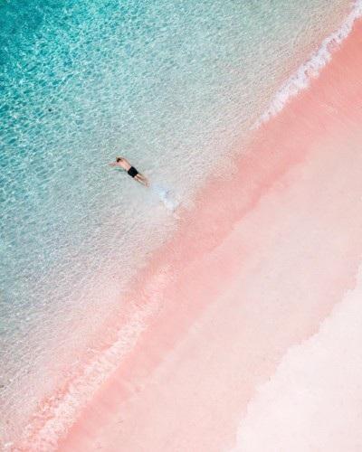 Bãi biển hồng nổi tiếng ở đảo Kodomo, Indonesia.