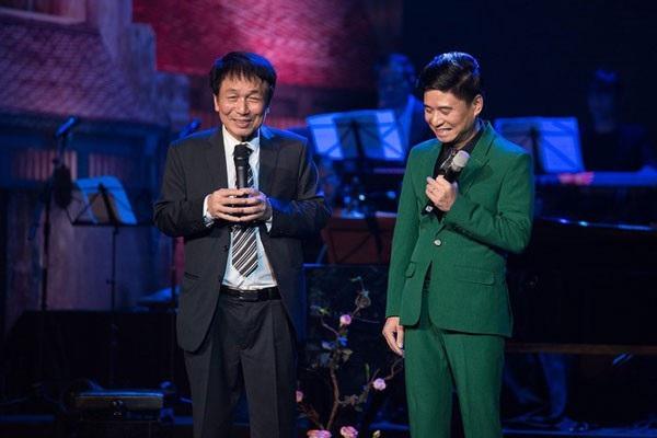 Phú Quang và Tấn Minh trong một chương trình âm nhạc. Vị nhạc sĩ nói, ông rất phũ, sẵn sàng chê bai khi hướng dẫn ca sĩ hát nhạc của mình.