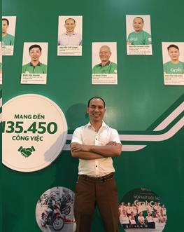 Anh Nguyễn Thế Cảnh đạt mức thu nhập 25-30 triệu đồng mỗi tháng nhờ chuyển sang chạy GrabCar (ảnh chụp tại Ngày hội tài xế công nghệ do Grab tổ chức)