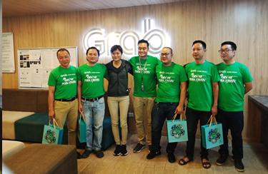 Anh Nguyễn Như Quỳnh - đối tác tài xế GrabCar (thứ 2 từ phải sang) chụp ảnh lưu niệm cùng các anh em đối tác tài xế thân thiết tại một sự kiện của Grab