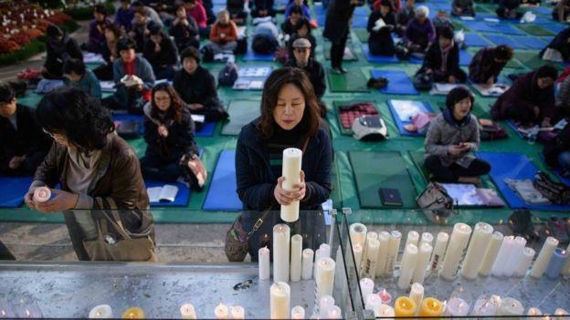 Phụ huynh tới chùa cầu nguyện cho các sĩ tử. (Ảnh: Getty)