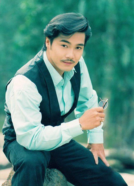 """Anh cũng là """"chàng hoàng tử trong mơ"""" của hàng ngàn khán giả nữ. Thế nhưng, ở tuổi 49, Lý Hùng vẫn là mỹ nam """"độc thân quyến rũ"""" của làng trí Việt."""