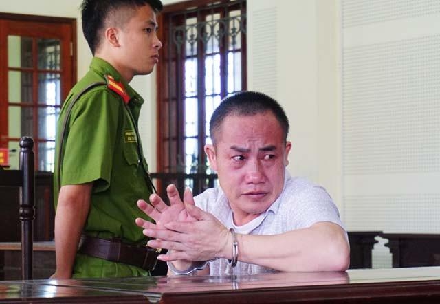 Bị cáo Hạ Rả Tênh khóc bởi chỉ có con rể từ Lào qua dự phiên tòa.