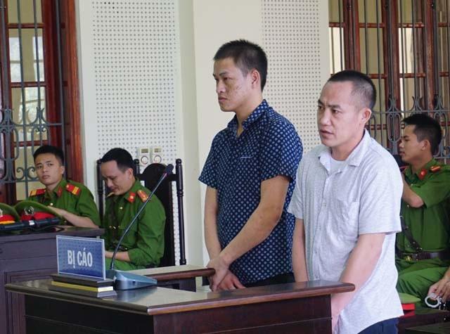 Bị cáo Hạ Rả Tênh (áo trắng) và Xểnh Hạ tại phiên tòa