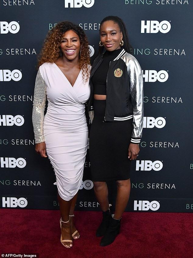 Nữ vận động viên quần vợt người Mỹ Serena Williams (37 tuổi - trái) và chị gái Venus (phải)