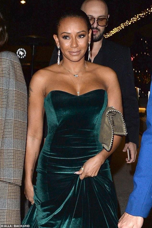 Mel B khoe ngực gợi cảm khi dự tiệc do kênh NBC và tạp chí Vanity Fair tổ chức tại Hollywood, California ngày 16/11 vừa qua