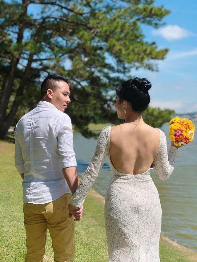 """Tuần qua, trên mạng xã hội, MC Hoàng Linh đã có chia sẻ khiến nhiều người hoài nghi, hoang mang tính xác thực thông tin cô chia tay Mạnh Hùng - chồng sắp cưới. Cô cũng tự nhận bản thân mình """"chọn nhầm"""" """"2 đời chồng""""."""