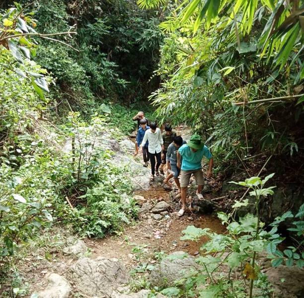 Sau mỗi buổi học, thầy và trò phải lặn lội đường rừng để đi dẫn nước.