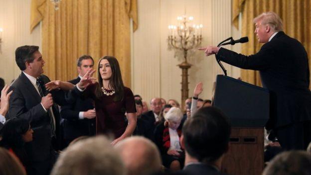 Tổng thống Trump và phóng viên CNN đấu khẩu căng thẳng tại họp báo. (Ảnh: Reuters)