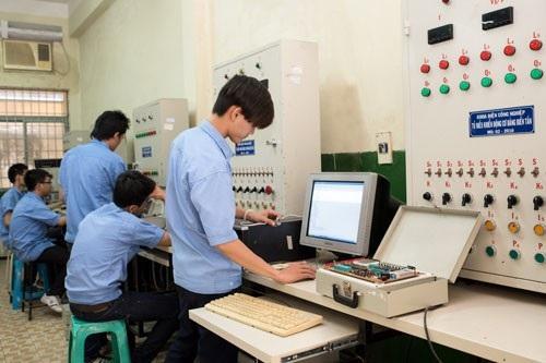 Sinh viên Khoa Điện công nghiệp, Trường CĐ Lý Tự Trọng đang thực hành.