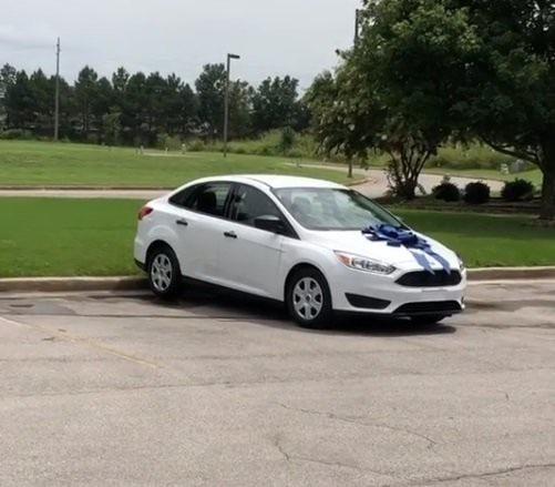 Chiếc Ford Focus trị giá 18.000 USD được gắn ruy băng xanh. Ảnh: Instagram
