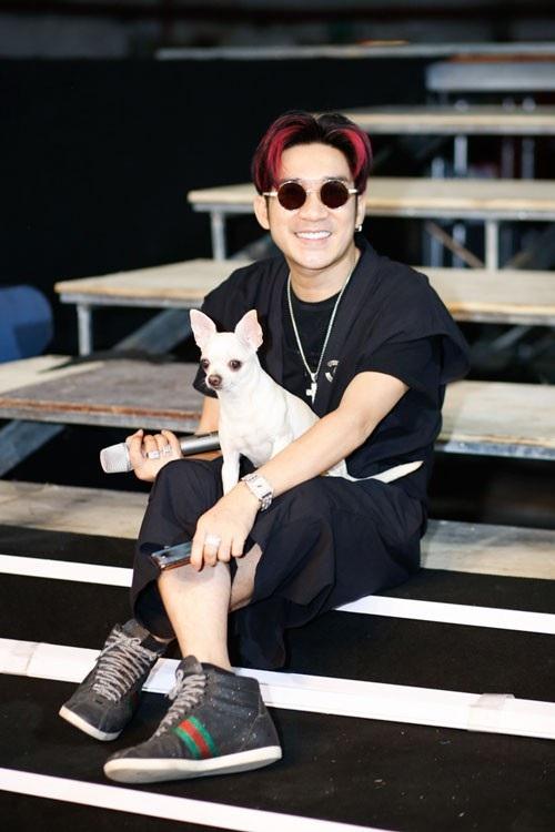 Quang Hà đem thú cưng đi tập luyện chương trình.