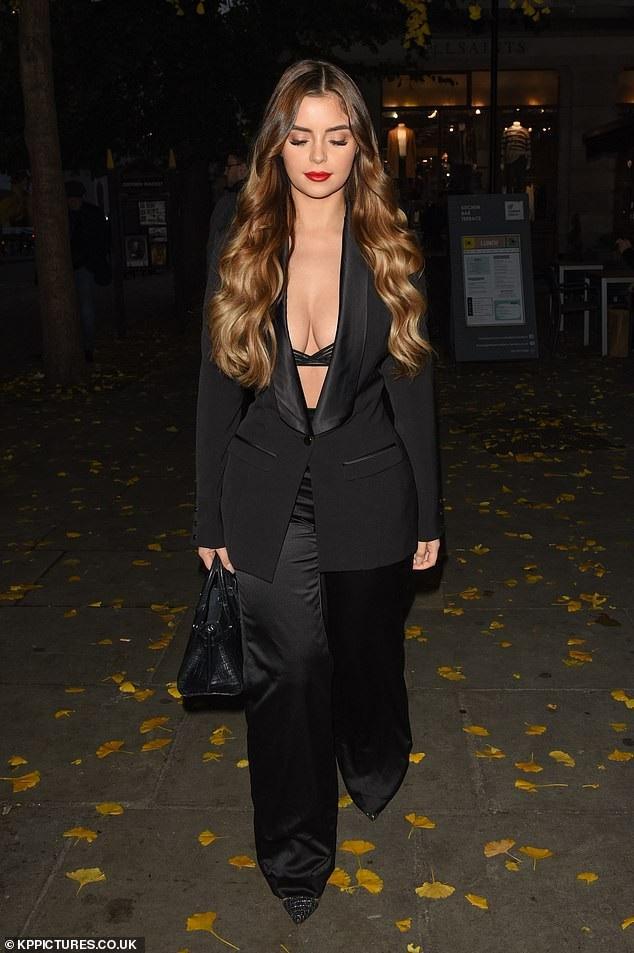 Demi Rose gợi cảm sải bước trên đường phố London ngày 16/11 vừa qua