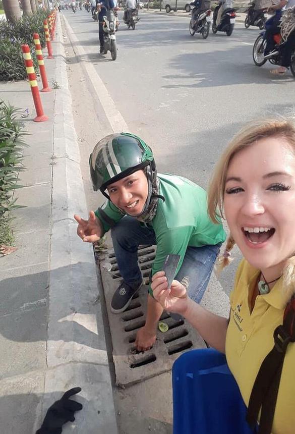 Câu chuyện về lòng tốt của anh Trang nhận được nhiều lời khen trên mạng xã hội (ảnh chụp lưu niệm cùng nữ du khách)