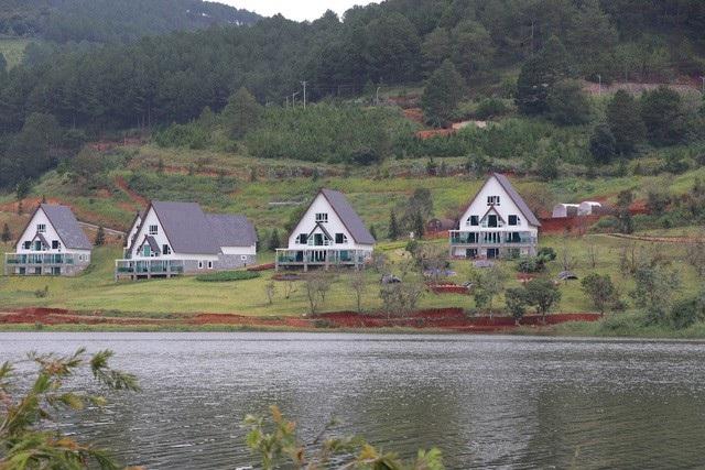Gần 20 căn nhà gỗ được dựng lên sát mép nước của hồ Tuyền Lâm đã phải di dời vì xâm phạm vùng bảo vệ 1 của Di tích thắng cảnh cấp Quốc gia hồ Tuyền Lâm (TP Đà Lạt, Lâm Đồng). (Ảnh: Ngọc Hà)