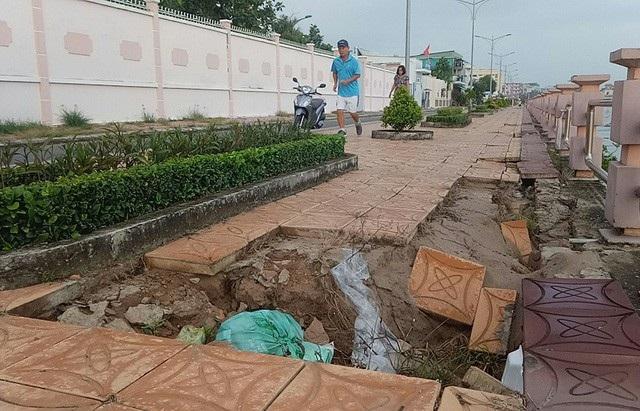 Bờ kè vỉa hè rạch Khai Luông, quận Ninh Kiều, Cần Thơ được đầu tư xây dựng hơn 32,3 tỷ đồng đưa vào sử dụng từ tháng 7/2016. Đến nay, sau hơn 2 năm sử dụng nhiều đoạn đã bị sụt lún, xuống cấp nghiêm trọng gây mất an toàn cho người dân. (Ảnh: Hoàng Tùng)