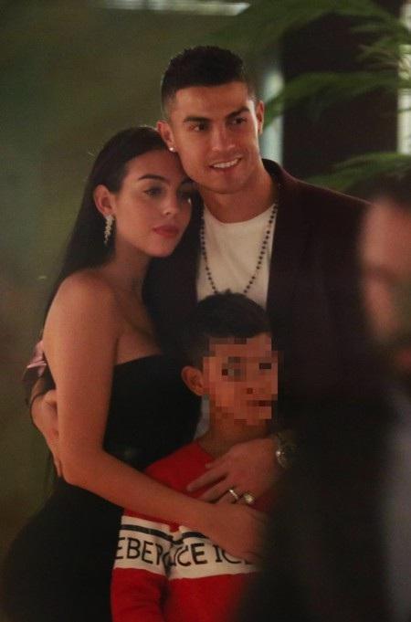 CR7 đang dành nhiều thời gian hẹn hò với bạn gái xinh đẹp Georgina Rodriguez