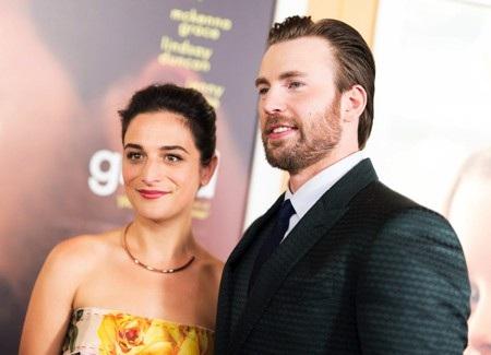 """Chris Evans và Jenny Slate lần đầu công khai hẹn hò vào tháng 5/2016. Dù vậy, mối tình này chỉ kéo dài được nửa năm thì đã vội đứt đoạn vào tháng 2/2017. Tuy nhiên, điều kịch tính nhất là hai ngôi sao đã """"yêu lại từ đầu"""" rồi lại """"chia tay lại từ đầu"""" thêm một lần nữa vào đầu năm nay."""