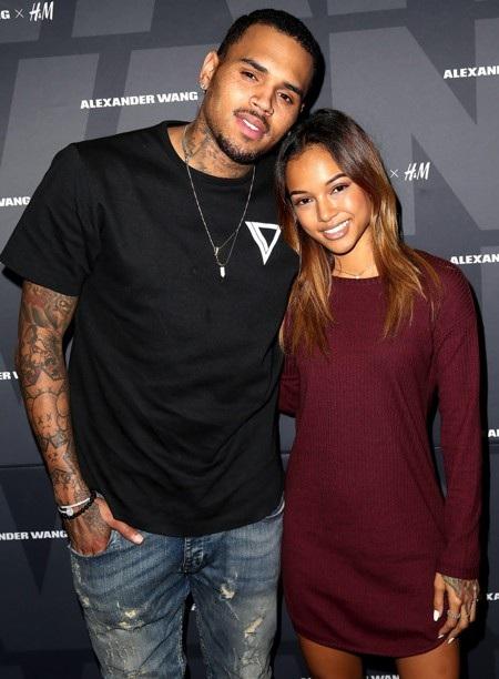 """Sau một năm hẹn hò Karrueche Tran, Chris Brown bất ngờ cho biết mình đã độc thân và muốn tập trung cho sự nghiệp. Tuy nhiên, mới được nửa năm hai ngôi sao đã tái hợp. Mối tình """"gương vỡ"""" này chưa kịp lành lại hoàn toàn thì đã tan tác vì Karrueche Tran phát hiện ra Chris Brown có con rơi ngay trong thời gian cả hai đang yêu nhau."""