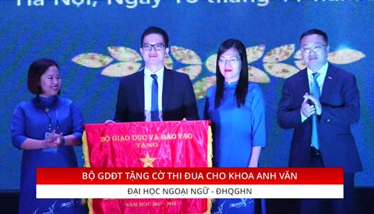 TS Đỗ Tuấn Minh, Hiệu trưởng nhà trường trao cờ thi đua của Bộ GD&ĐT cho đại diện của các khoa.