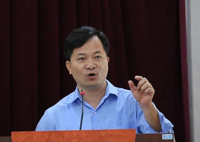 Ông Trương Văn Nhung - Phó Chủ tịch MTTQ huyện liên tục ngắt lời cử tri