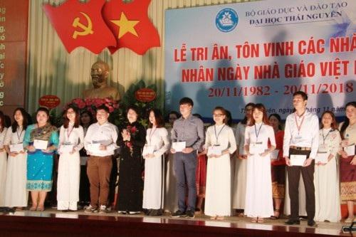 Phó Chủ tịch nước Đặng Thị Ngọc Thịnh trao tặng học bổng cho sinh viên
