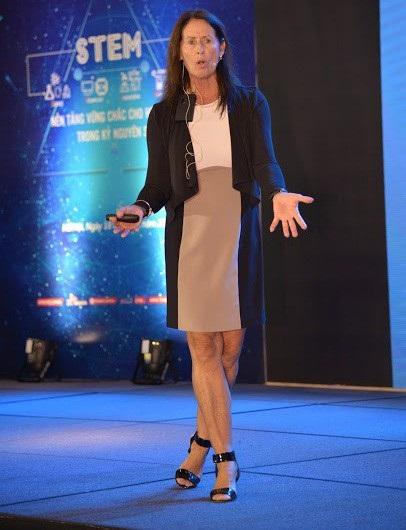 TS Diana- chuyên gia hàng đầu thế giới về STEM: Lâu nay giáo viên thường nghĩ mình là trung tâm. Tuy nhiên, ở ứng theo STEM, giáo viên là người đồng hành.