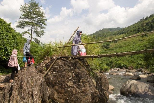 Đường đến điểm trường của cô Lục Thị Lý phải vượt qua những đoạn suối sâu, trên những chiếc cầu tre tạm bợ rất nguy hiểm