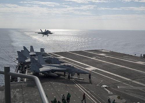 Phó Đô đốc Hạm đội 7 của Hải quân Mỹ Phil Sawyer cho biết: Việc tăng cường sự hiện diện của hai biên đội tàu sân bay trong khu vực thể hiện cam kết của Mỹ đối với một khu vực Ấn Độ Dương-Thái Bình Dương tự do và rộng mở. Giống hàng chục năm qua, Mỹ sẽ tiếp tục cung cấp an ninh theo cách đó nhằm thúc đẩy ổn định và thịnh vượng ở khu vực. (Ảnh: Us Navy)