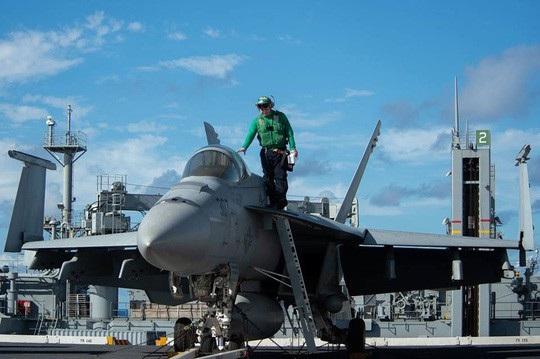 Tổng cộng hai biên đội tác chiến này gồm 2 tàu sân bay, 10 tàu hỗ trợ, 150 máy bay chiến đấu và khoảng 12.600 quân nhân. (Ảnh: US Navy)
