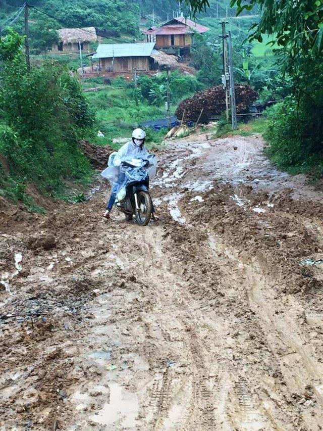 Đường đến trường dạy học của giáo viên trường mầm non Phong Dụ Thượng (xã Phong Dụ Thượng, huyện Văn Yên, tỉnh Yên Bái) phải vượt qua những con đường lầy lội, trơn trượt