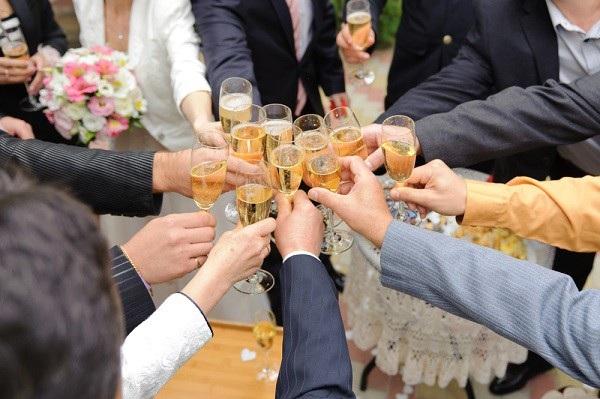 """Cuối năm cũng là """"mùa tiệc tùng"""" khi có quá nhiều buổi liên hoan, tổng kết, gặp mặt."""