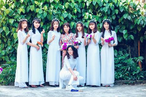 Cô giáo Đỗ Thị Xuân Lập (áo dài hoa) và các học trò của mình