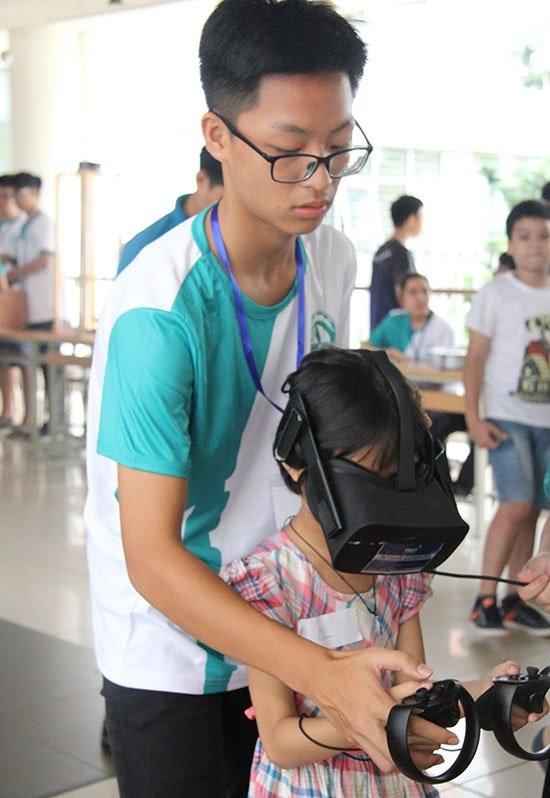 Thành viên CLB GreenAms 6520 hướng dẫn các học sinh Hà Nội trải nghiệm kính thực tế ảo VR.