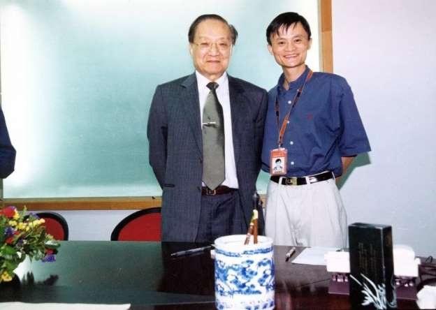 Nhà văn Kim Dung (trái) và tỷ phú Mã Vân (phải)