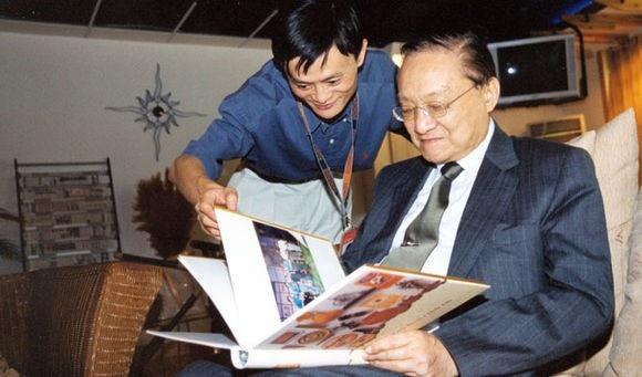 Nhà văn Kim Dung (phải) và tỷ phú Mã Vân (trái)