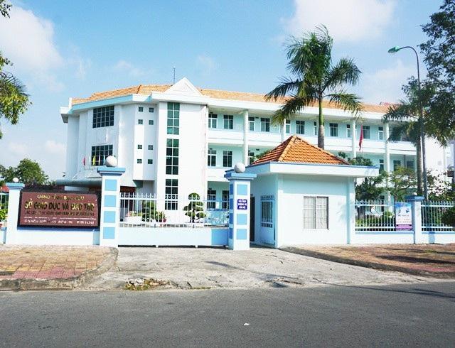 Sở Giáo dục tỉnh Bạc Liêu vẫn cho bà Phú Thị Cẩm làm Hiệu trưởng thêm khoảng một năm mới cho nghỉ hưu một cách nhẹ nhàng, dù cơ quan thanh tra xác định bà này mắc hàng loạt sai phạm.
