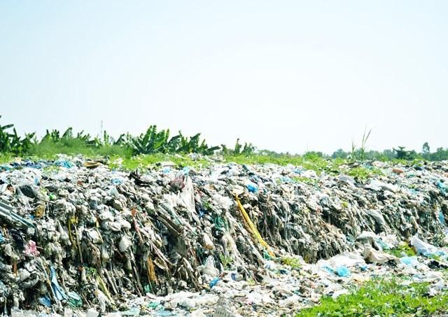 Nhà máy xử lý rác ngưng hoạt động khiến cho lượng rác ở các bãi rác tạm rất niều, gây ô nhiễm, bức xúc trong dân.