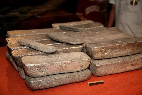 Những thanh bạc nặng hơn 36 kg 300 năm tuổi vừa được tìm thấy ngoài khơi Florida, Mỹ.