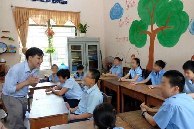Thầy Nguyễn Xuân Việt cùng học trò ở Trung tâm Hỗ trợ giáo dục hoà nhập TP Đà Nẵng