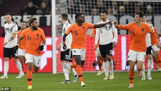 Hà Lan thoát thua nhờ sáu phút tỏa sáng ở cuối trận