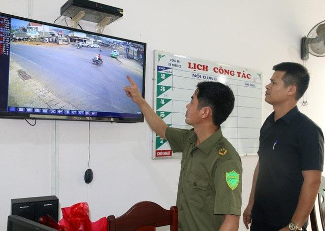 Trần Xuân Trưởng (áo đen) bị kết án 3 năm 6 tháng tù