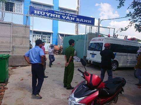 Sự việc sập giàn giáo làm học sinh bị thương ngay trong buổi lễ 20/11 xảy ra sáng nay tại Trường tiểu học Huỳnh Văn Bánh, Bình Chánh, TPHCM