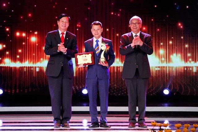 Ông Lê Khắc Hiệp - Phó Chủ tịch Tập đoàn Vingroup cùng ông Đặng Vũ Minh trao giải thưởng trong lĩnh vực Khoa học Công nghệ cho KS Lê Minh Chuẩn và các cộng sự.