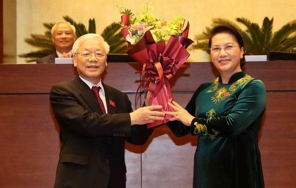 Chủ tịch Quốc hội Nguyễn Thị Kim Ngân tặng hoa chúc mừng Tổng Bí thư Nguyễn Phú Trọng sau lễ tuyên thệ nhậm chức Chủ tịch nước trước Quốc hội ngày 23/10/2018.