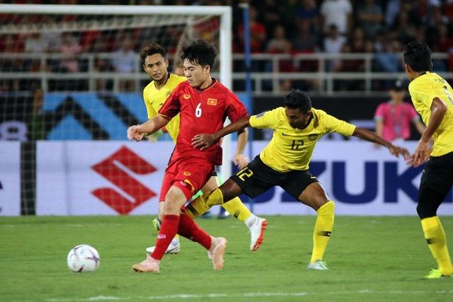 Đội tuyển Việt Nam (áo đỏ) thể hiện lối chơi trên chân trước Malaysia