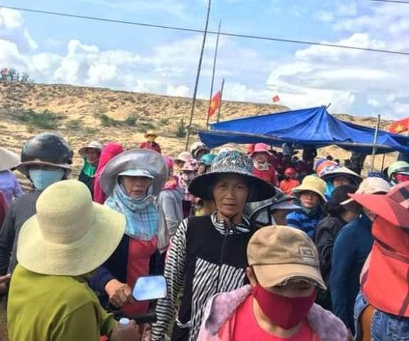 Yêu cầu giải quyết khẩn vụ dân giam xe phản đối dự án điện mặt trời - Ảnh 2.