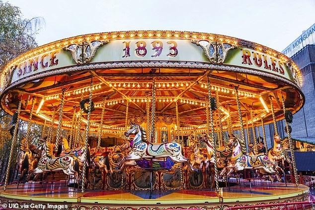 Những vòng xoay dùng ngựa gỗ thường thấy trong các khu vui chơi giải trí